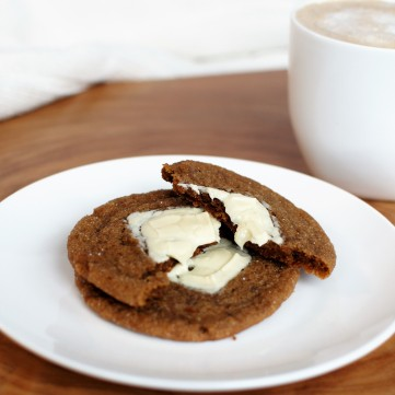 ginger-white-chocolate-cookies-and-coffee