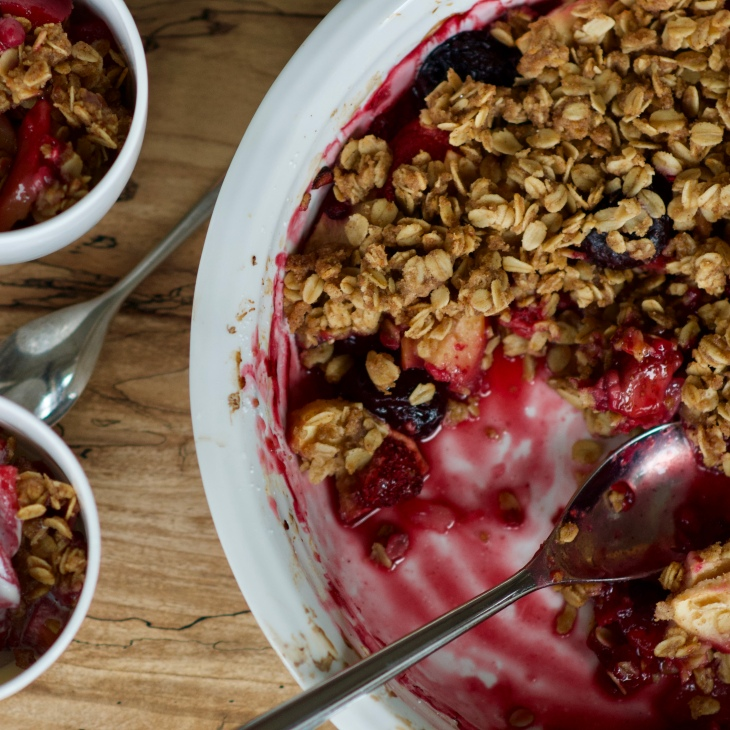 apple berry crumble in a white pie dish